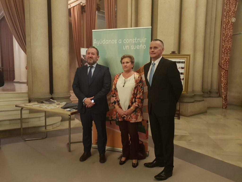 Personalidades con Teresa, presidenta de Aspanaex